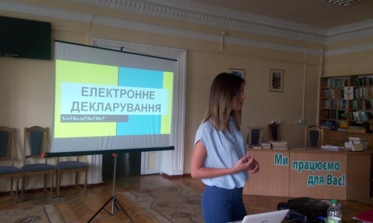 Вінницька молодь вчилась аналізувати електронні декларації чиновників та депутатів
